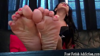 toes mild and soles Xxxx of sunny leone red bed